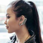 ソニーモバイルコミュニケーションズが、耳をふさがない左右独立型のワイヤレスヘッドセット「Xperia Ear Duo」を発表